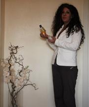 Alessandra che esamina due prodotti di cosmesi